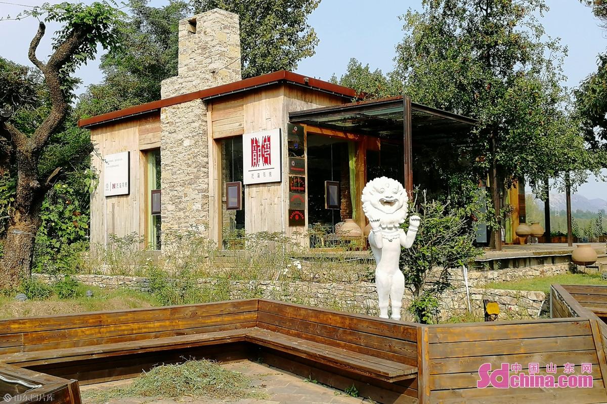 <br/>  阅湖尚儒研学旅游基地位于龙湾湖畔圣水峪镇,主要分为文创街和研学基地两个空间。<br/>
