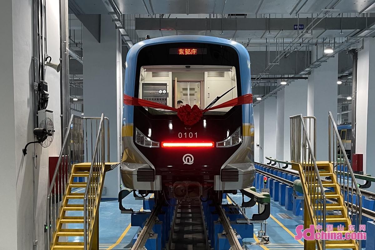 <br/>  首次使用止水帷幕TRD墙,首次使用搅喷桩,首次使用冻结法......青岛地铁1号线是国内首条跨海地铁,地质条件极为复杂,涉及施工工法多,工程难度大。为此,青岛地铁不断创新施工技术,多项技术是首次使用。<br/>