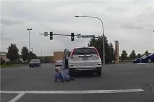 奇葩女司机 停车时压了自己