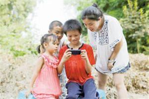 别让手机陪伴农村留守儿童长大 少年沉迷手游 奶奶束手无策