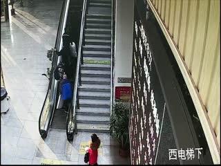 醉酒旅客电梯跌倒 铁警赶赴热心救助