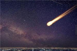 陨石划过天际 点亮夜空