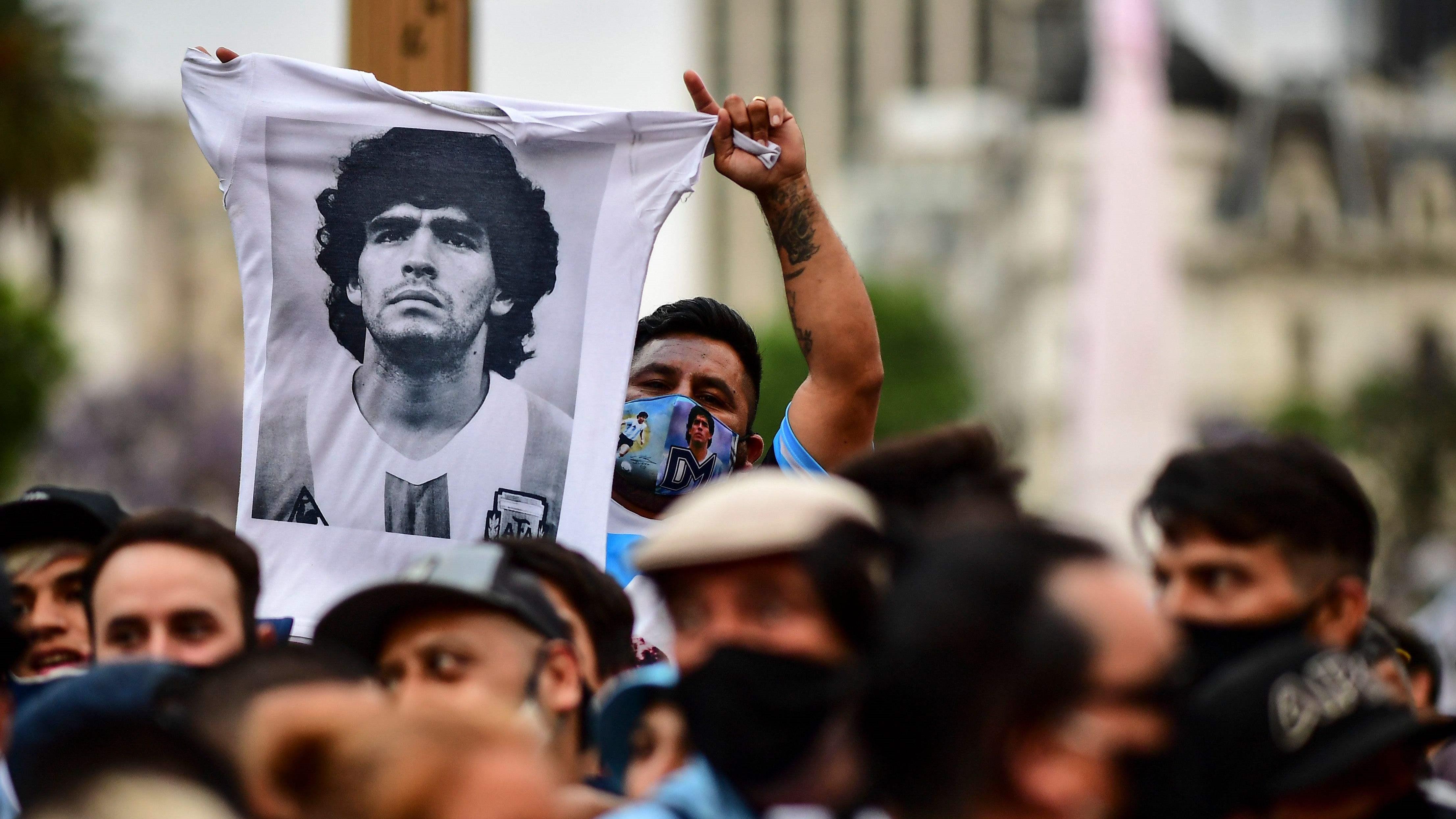 阿根廷 百万球迷与马拉多纳遗体告别