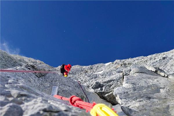 2020珠峰高程测量 登山队第三次向顶峰进发