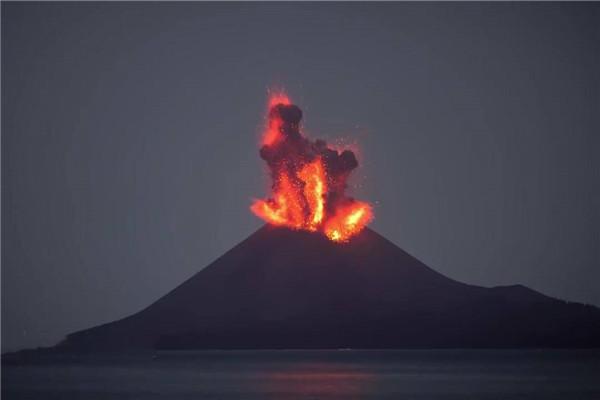印尼 默拉皮火山喷发 火山灰柱高达6000米