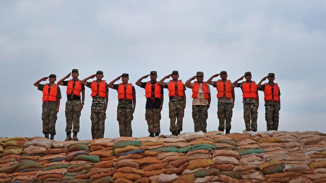 """践行对祖国的誓言 退伍老兵再上""""抗洪战场"""""""