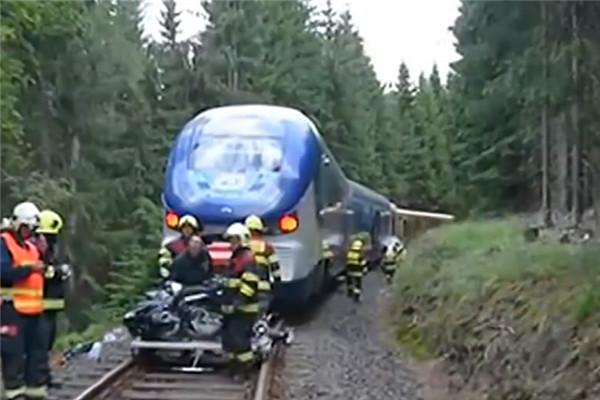捷克 两列火车迎面相撞 两人死亡多人受伤