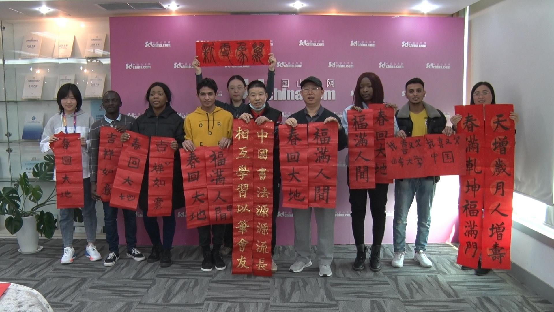 外国友人学习写春联 感受中国传统文化