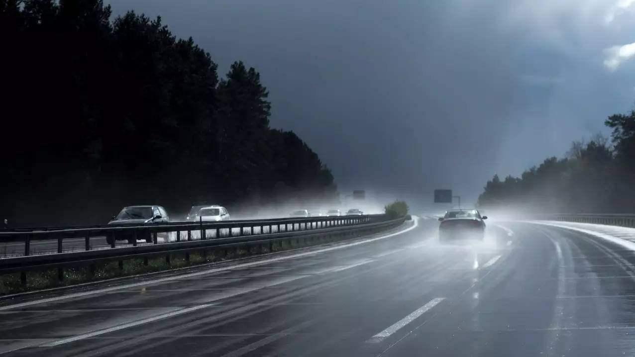 道路上的安全 雨天行车 路面湿滑 切忌操作过猛