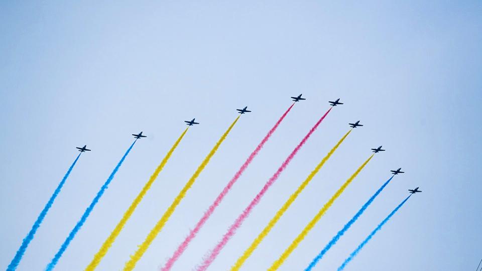 空中梯隊飛行慶祝表演 15架殲-20戰機同框亮相