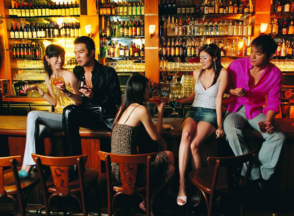有些酒吧在吧台内还特别安排了专门陪客人喝酒聊天的