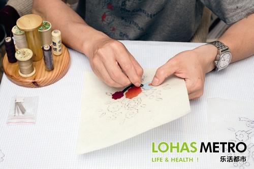 不织布剪下相同的图形,不织布的颜色搭配要注意,比如叶子可选