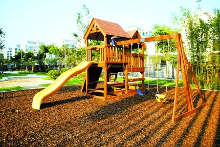 幼儿园小班户外活动背球