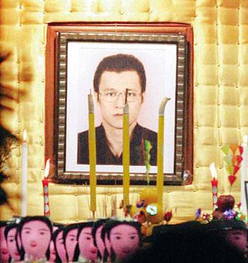 香港黑帮老大李泰龙_香港黑帮首脑被杀举殡 近千人到场吊唁[组图]