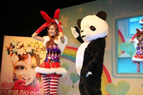 叶熙祺的红色兔耳朵很有时尚感,红色的小兔子还是很少见吧!