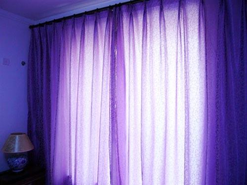 主卧室里浪漫的紫色窗帘