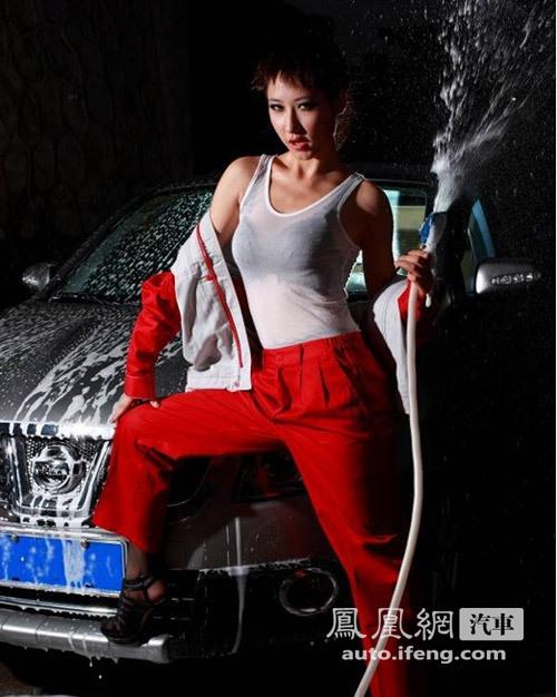 美女湿身自拍洗车门