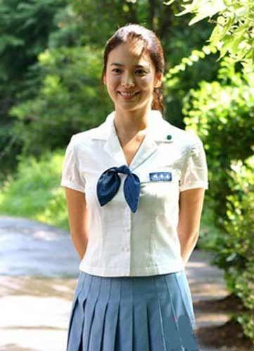宋慧乔   点评:蓝色百褶裙配以白色的校服上衣,蓝色小领结活泼可爱