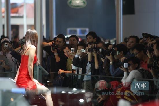 广州场景最搞笑的美女给美女屁股上图片打针--偷拍拍男人的车展们图片