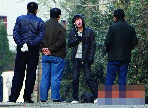 中国小伙60厘米_...小伙将一把二十多厘米长的尖刀架在自己的脖子上与警方对峙,...