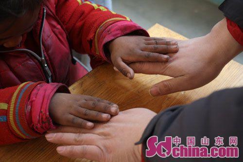 奉献爱心 帮助失学儿童 一个都不能少