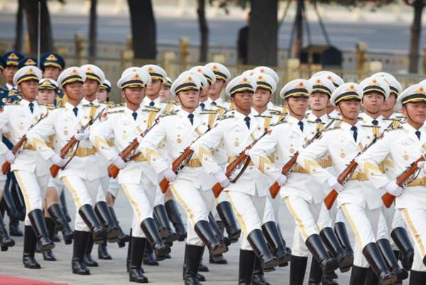 해방군 육・해・공 의장대 새 의전복, 첫 선보여