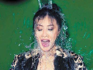 刘嘉玲淋冰水妆容完美 网友:把湿身照拍成封面