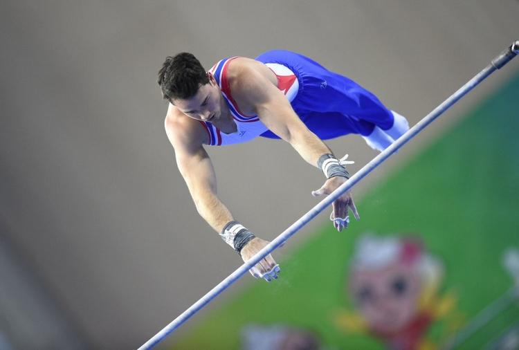 英国队选手克里斯琴·托马斯在单杠比赛中
