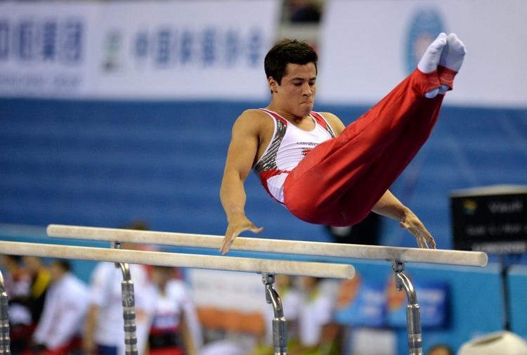 瑞士队选手埃迪·优素福在双杠比赛中