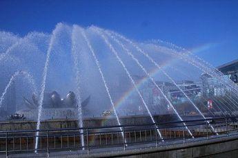 美呆了!泉城广场荷花音乐喷泉现惊艳彩虹