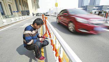 济南西站落客平台添加新护栏 实现人车分离