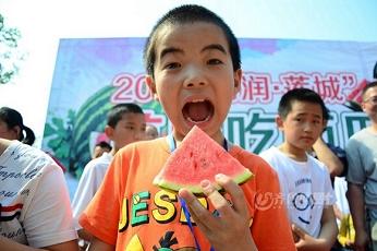 聊城举办吃西瓜大赛 选手吃瓜吃到吐