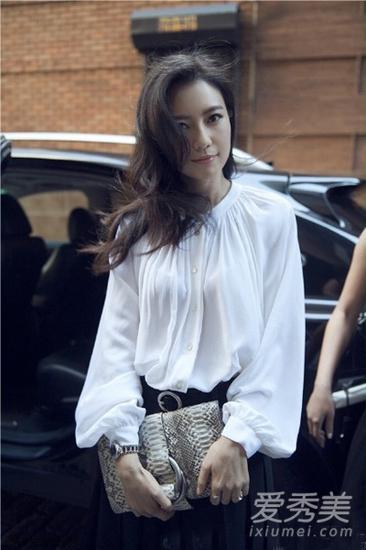 穿白衬衫配印花半身裙