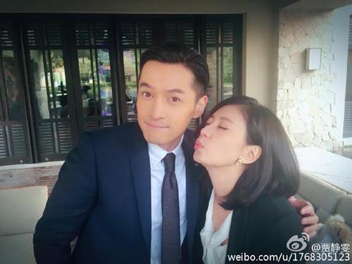 贾静雯闭眼嘟嘴吻向胡歌,而胡歌却一脸享受的表情,非常的可爱.