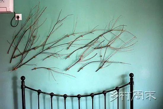 用园子里捡来的树枝装饰墙面