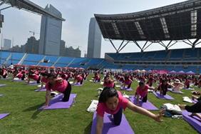 千名孕妇共练瑜伽