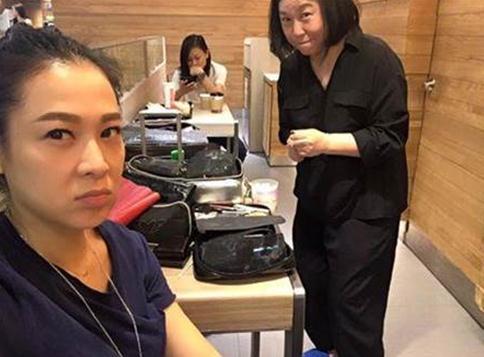 太囧!刘若英顶素颜机场化妆 遭路人看光
