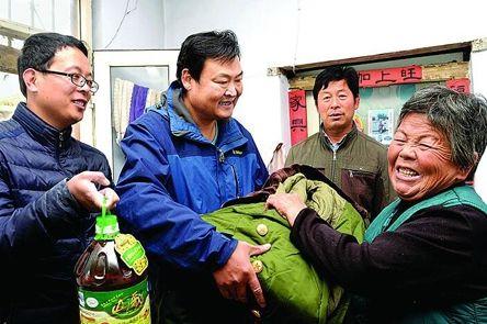 """莱芜南龙崮村""""第一书记""""为贫困户送温暖"""