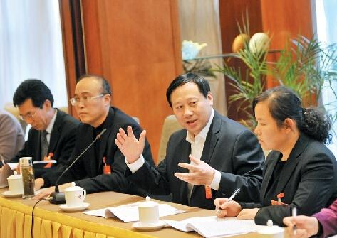 济宁政协委员分组讨论两个报告