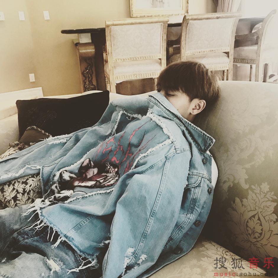 黄子韬倚靠沙发显慵懒休闲感。<br/>