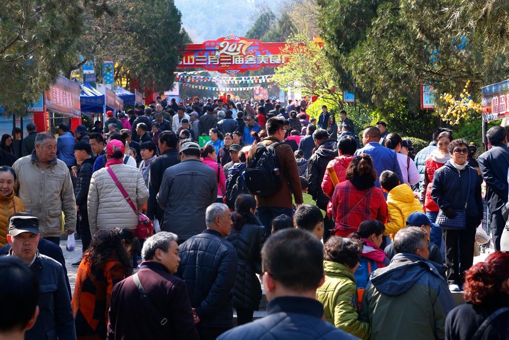 济南千佛山逛庙会 踏青赏花和传统民俗融为一体