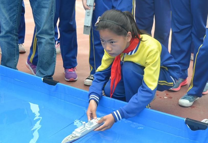 实拍城阳街道小学生科技节:飞纸飞机成比赛项目图片