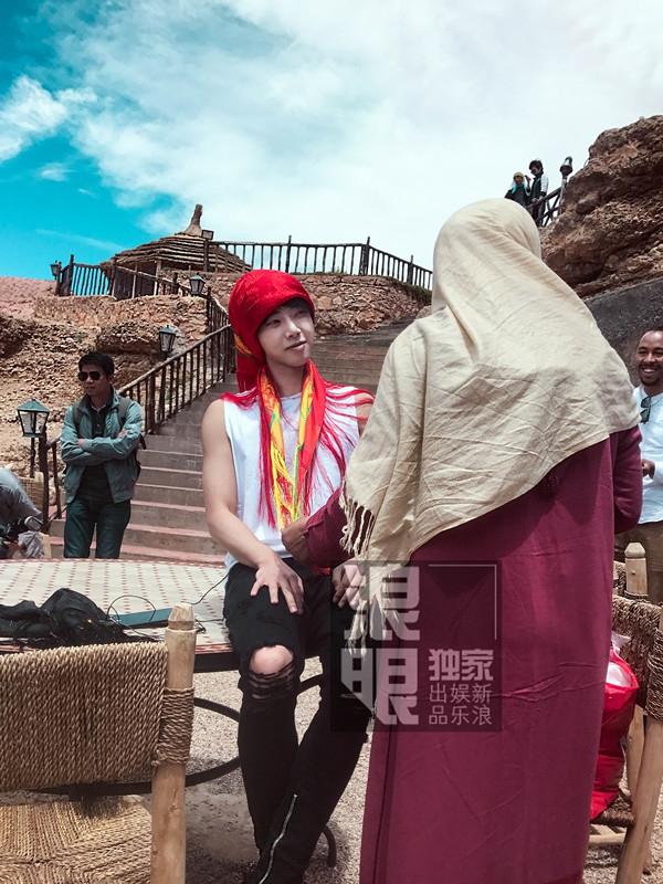 <br/>   华晨宇《旅途的花样》彻底放飞自我,忽而化身沙漠玫瑰,包裹这艳丽的红头巾不甚娇羞,一幅即将出嫁的既视感呢~<br/>