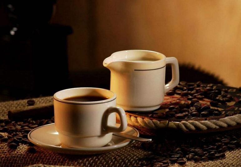 上班族熬夜喝咖啡致心悸 医生:亚健康者少喝咖啡
