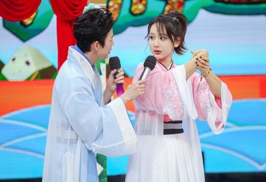 """《快本》杨紫化身""""软妹"""" 向何老师撒娇卖萌"""