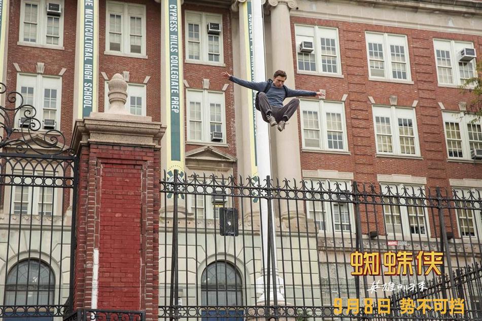 <br/>   彼得&amp;middot;帕克飞跃而下冲出学校大门。<br/>
