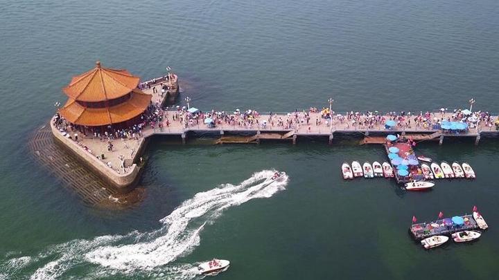 青岛栈桥游客如潮