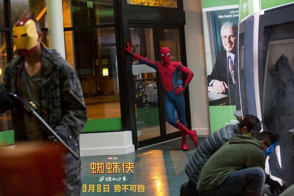 <br/>   蜘蛛侠对战劫匪。