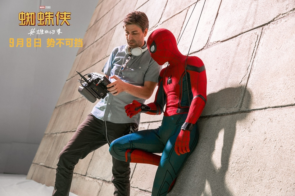 <br/>   导演乔&amp;middot;沃茨与小蜘蛛在片场。<br/>