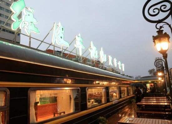 """百年""""绿皮车记忆"""":马路边上的火车餐厅"""